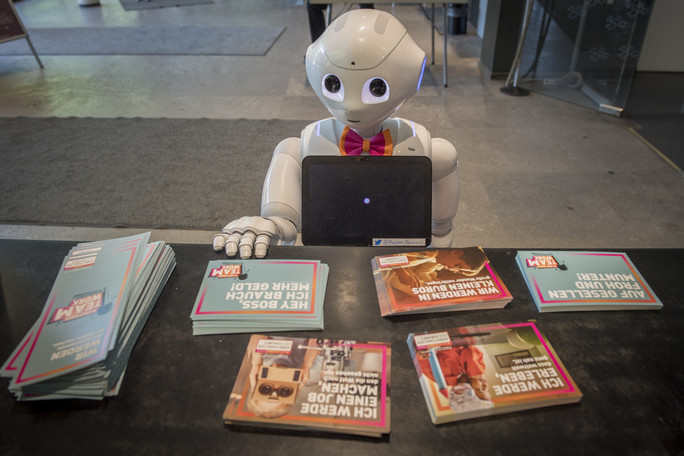 Pepper interessiert sich sehr für die Infos zum Wissenschaftsjahr