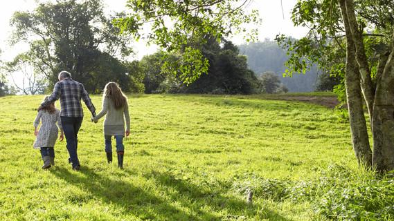 Familie macht einen Spaziergang in der Natur.