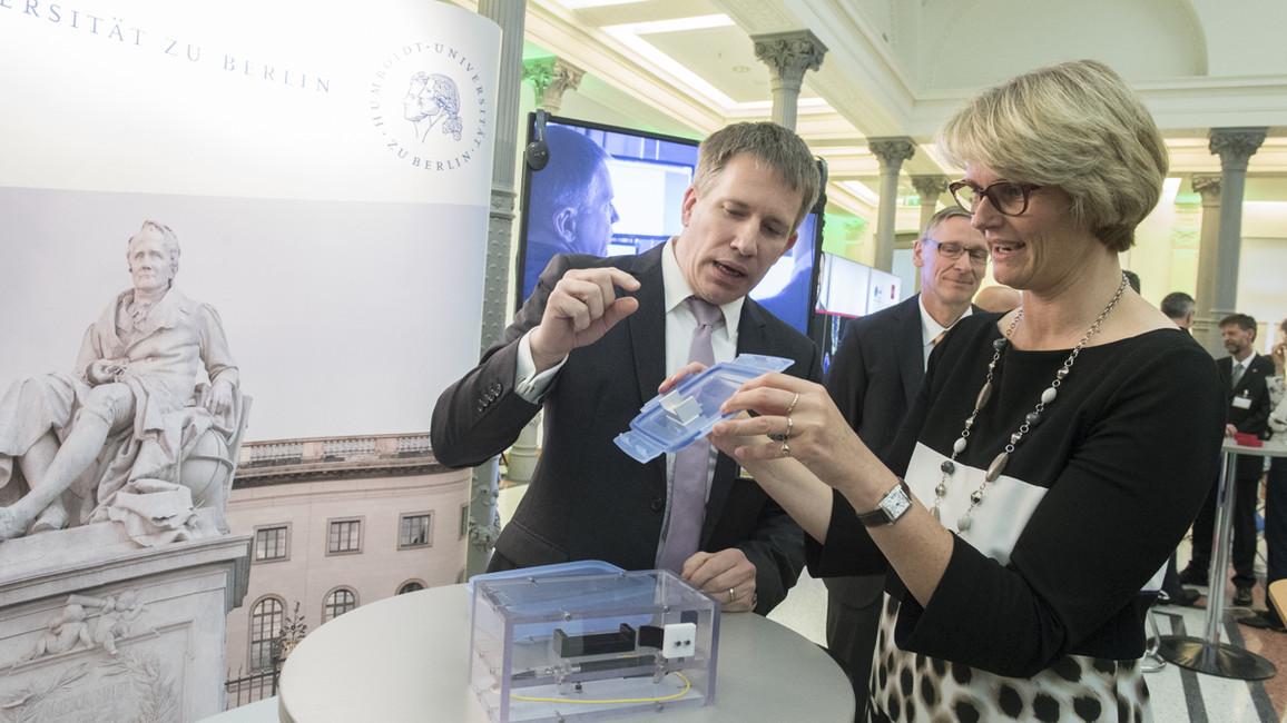 Arno Rauschenbeutel, Humboldt-Professor 2018 an der HU Berlin, erläutert Bundesministerin Anja Karliczek anhand eines Experiments seine Arbeit.