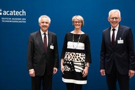 Bundesministerin Anja Karliczek nahm am Festakt zum Präsidentenwechsel der acatech teil. Hier ist sie mit den Vize-Präsidenten Hüttl und Gausemeier zu sehen.