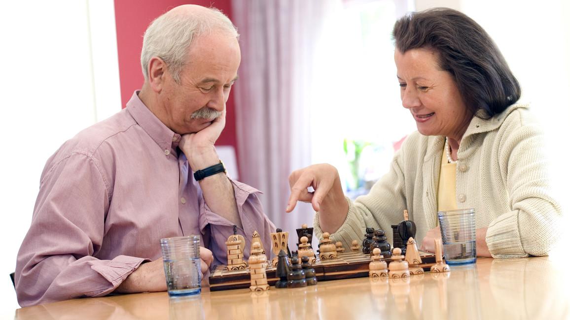 Senioren, die Schach spielen