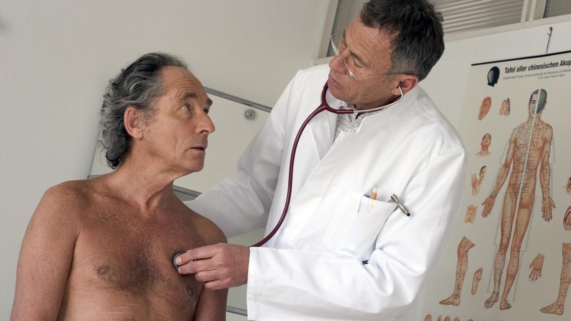 Arzt hört Patienten ab