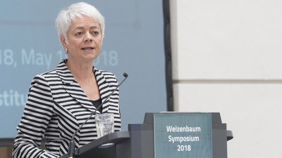 Cornelia Queret-Thielen, Staatssekretärin im Bundesministerium für Bildung und Forschung, eröffnet das Weizenbaum-Symposium 2018 in Berlin