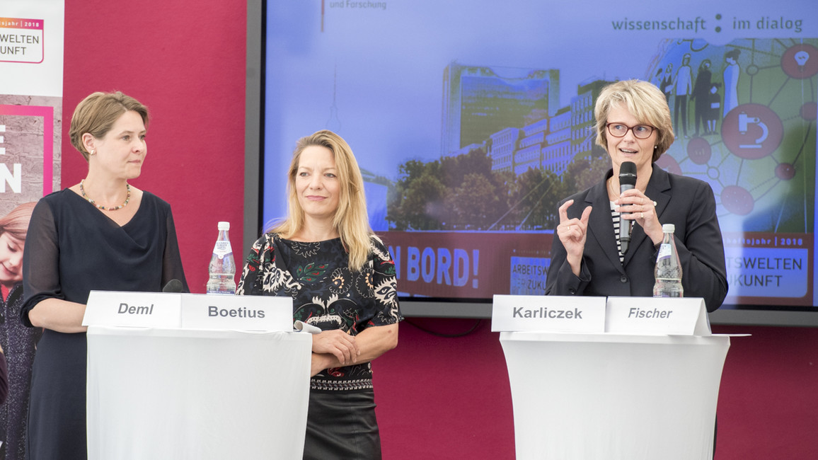 Bundesforschungsministerin Anja Karliczek (re.), Antje Boetius (Mi.) und Barbara Deml eröffnen mit einer Pressekonferenz die Ausstellung