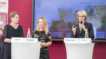 Bundesministerin Anja Karliczek (re.), Antje Boetius (Mi.) sowie Barbara Deml eröffnen mit einer Pressekonferenz die MS Wissenschaft