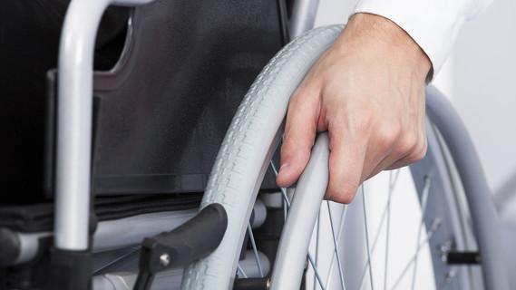 Mitarbeiter in einem Rollstuhl