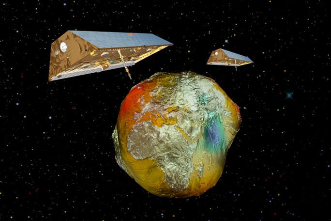 Die Satelliten-Zwillinge GRACE mit dem Schwerefeld der Erde