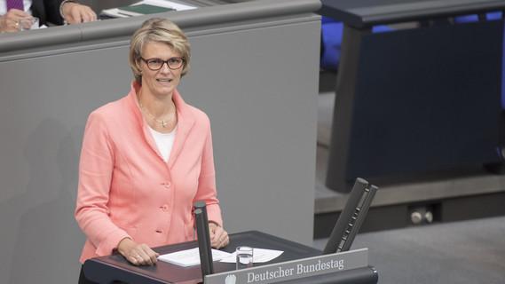 Anja Karliczek, Bundesministerin für Bildung und Forschung, bringt den Einzelplan 30 (BMBF) in die Haushaltsberatungen für das Jahr 2018 ein