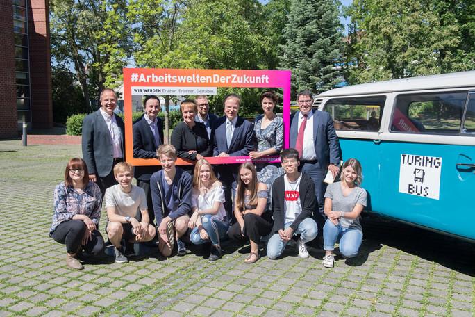 Der Start der Turing-Bus-Tour war heute am Paulus-Praetorius-Gymnasium in Bernau