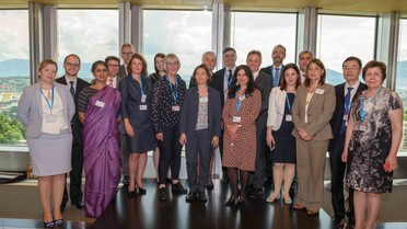 Bei der Weltgesundheitsversammlung in Genf trafen sich die Vertreterinnen und Vertreter der 18 Mitglieder des AMR R&D Hub. Gemeinsam wollen sie die Forschung zu antimikrobiellen Resistenzen (AMR) vorantreiben.