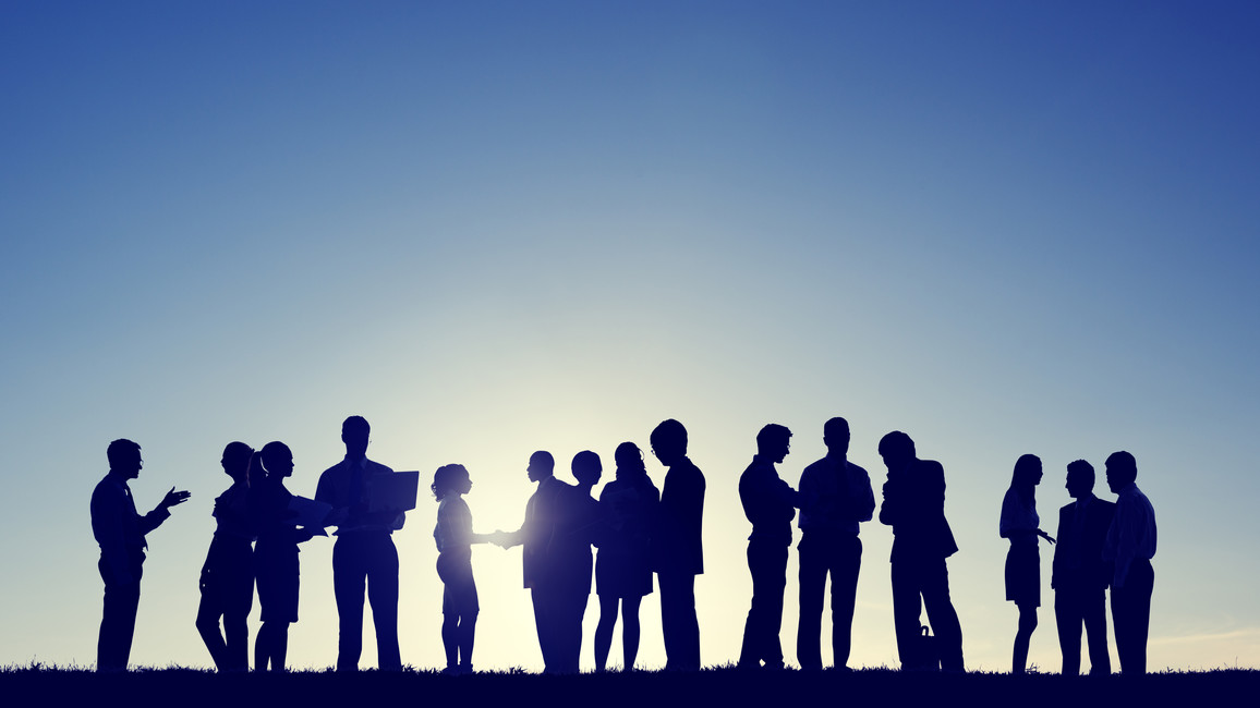 Eine Gruppe von Menschen beim Diskutieren