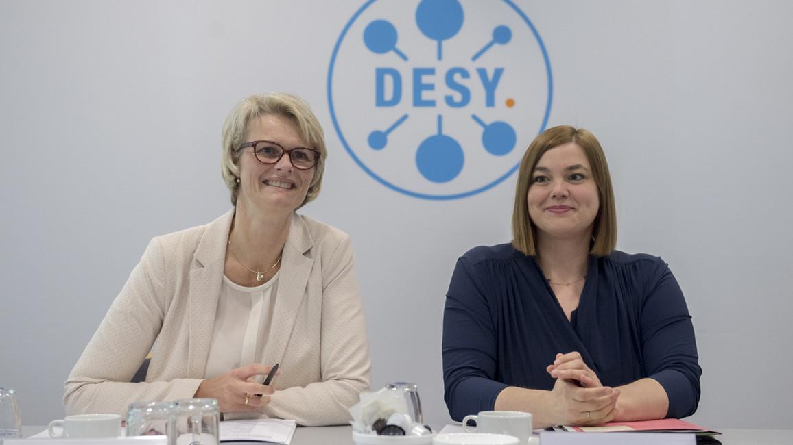 """Bundesministerin Anja Karliczek hat ihre Länderreise mit einem Besuch beim Forschungszentrum DESY in Hamburg begonnen. Dort sprach sie mit Hamburgs Wissenschaftssenatorin Katharina Fegebank. &quotDie bei DESY gewonnenen Erkenntnisse kommen der Gesellschaft in vielfältiger Weise zugute"""", sagte Bundesministerin Karliczek."""