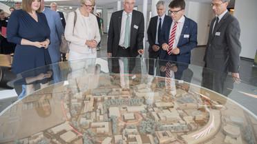Bundesministerin Anja Karliczek begann ihre Länderreise mit einem Besuch beim DESY in Hamburg. Dabei besichtigte sie ein Schülerlabor sowie die Experimentierhalle PETRA III.
