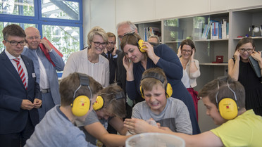 Bundesministerin Anja Karliczek begann ihre Länderreise heute mit einem Besuch beim DESY in Hamburg. Dabei besichtigte sie ein Schülerlabor sowei die Experimentierhalle PETRA III.
