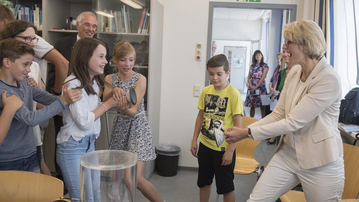 Bundesministerin Anja Karliczek begann ihre Länderreise heute mit einem Besuch beim DESY in Hamburg. Dabei besichtigte sie ein Schülerlabor und die Experimentierhalle PETRA III.