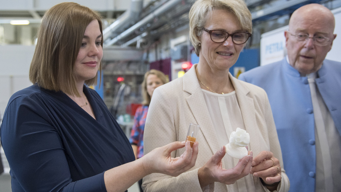Bundesministerin Anja Karliczek begann ihre Länderreise mit einem Besuch beim DESY in Hamburg. Dabei besichtigte sie ein Schülerlabor und die Experimentierhalle PETRA III.