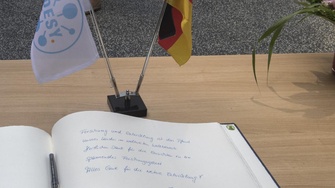 Bundesministerin Anja Karliczek begann ihre Länderreise mit einem Besuch beim DESY in Hamburg.