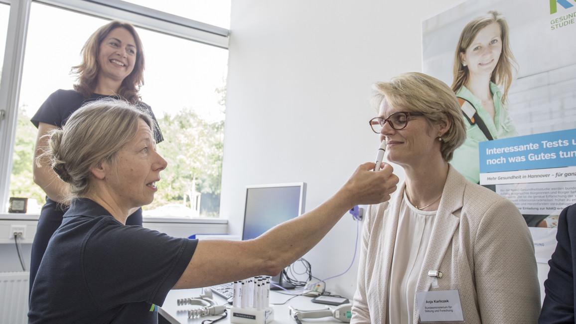 Die zweite Station führte Bundesministerin Anja Karliczek nach Hannover. Dort besuchte sie das NAKO Studienzentrum am CRC Hannover. Wie dort die Kraft gemessen und der Geruchssinn untersucht wird, probierte die Ministerin gleich selbst aus.
