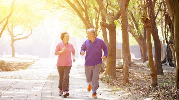 Zwei Rentner beim joggen