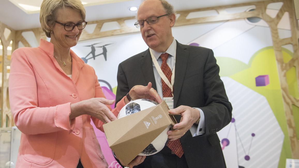 Bundesministerin Anja Karliczek erhält von Joachim von Braun, Vorsitzender des Bioökonomierats, einen der ersten ökobasierten Fußbällen, mit denen bei der kommenden Fußball-Weltmeisterschaft in Russland gespielt wird.