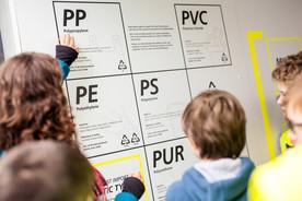 Die Plastikarten, von denen am meisten produziert wird, sind Polypropylen (PP) und Polyethylen (PE).