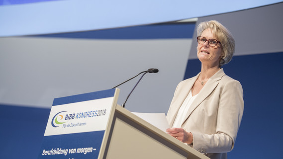 Bundesministerin Anja Karliczek während ihrer Rede im Rahmen des BiBB-Kongresses 2018 in Berlin.