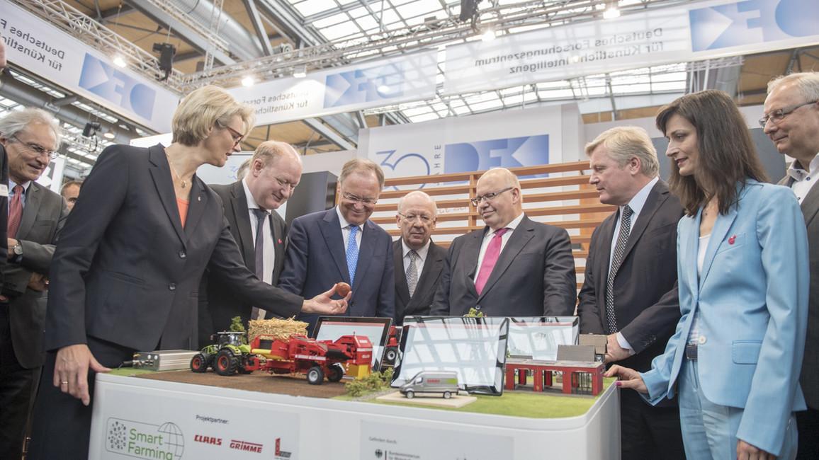 Auf ihrem Rundgang über den Stand des BMBF informierte sich Bundesministerin Anja Karliczek über neue Innovationen.