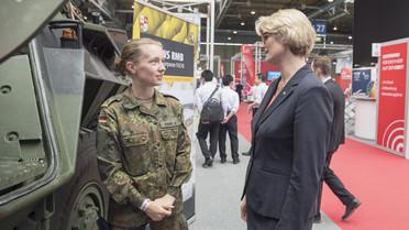 Während ihres Rundgangs über die CEBIT kam Bundesministerin Anja Karliczek auch mit Soldatinnen und Soldaten der Bundeswehr ins Gespräch.