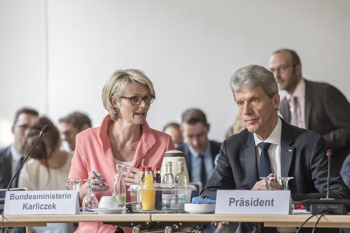 Bundesministerin Anja Karliczek eröffnet in Erfurt die Sitzung der KMK. Neben ihr: Helmut Holter, Präsident der KMK