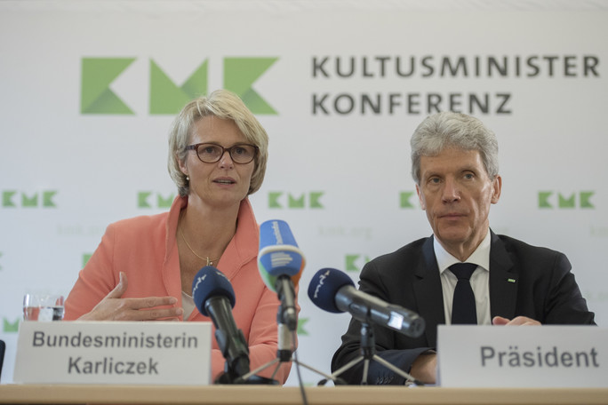 Bundesministerin Anja Karliczek und der Präsident der KMK, Helmut Holter, auf der anschließenden Pressekonferenz