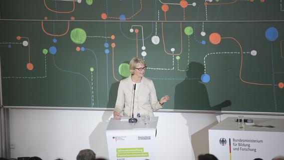 Bundesministerin Anja Karliczek während ihrer Rede im Rahmen der Dialogveranstaltung 'Die Revolution der künstlichen Intelligenz'