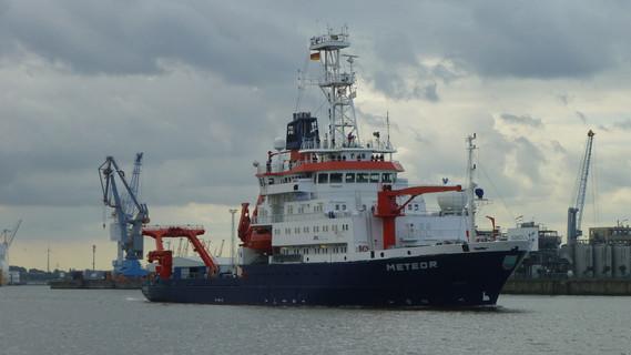 Auslaufen der MS Meteor aus Hamburg nach Werftzeit
