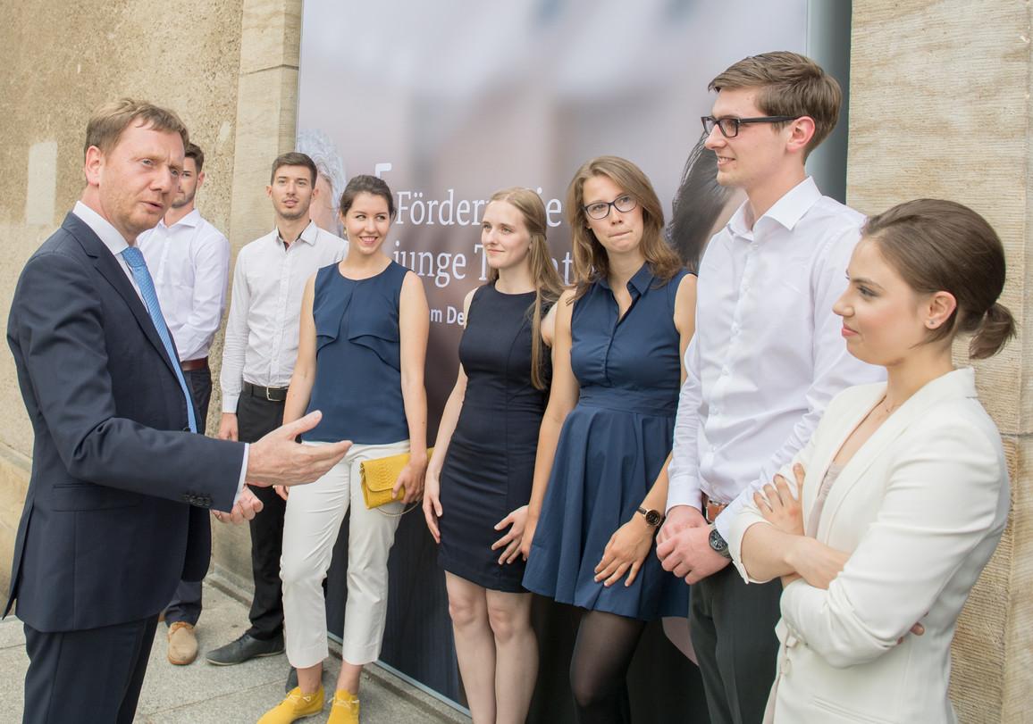 Michael Kretschmer, Ministerpräsident von Sachsen, im Gespräch mit Deutschlandstipendiaten