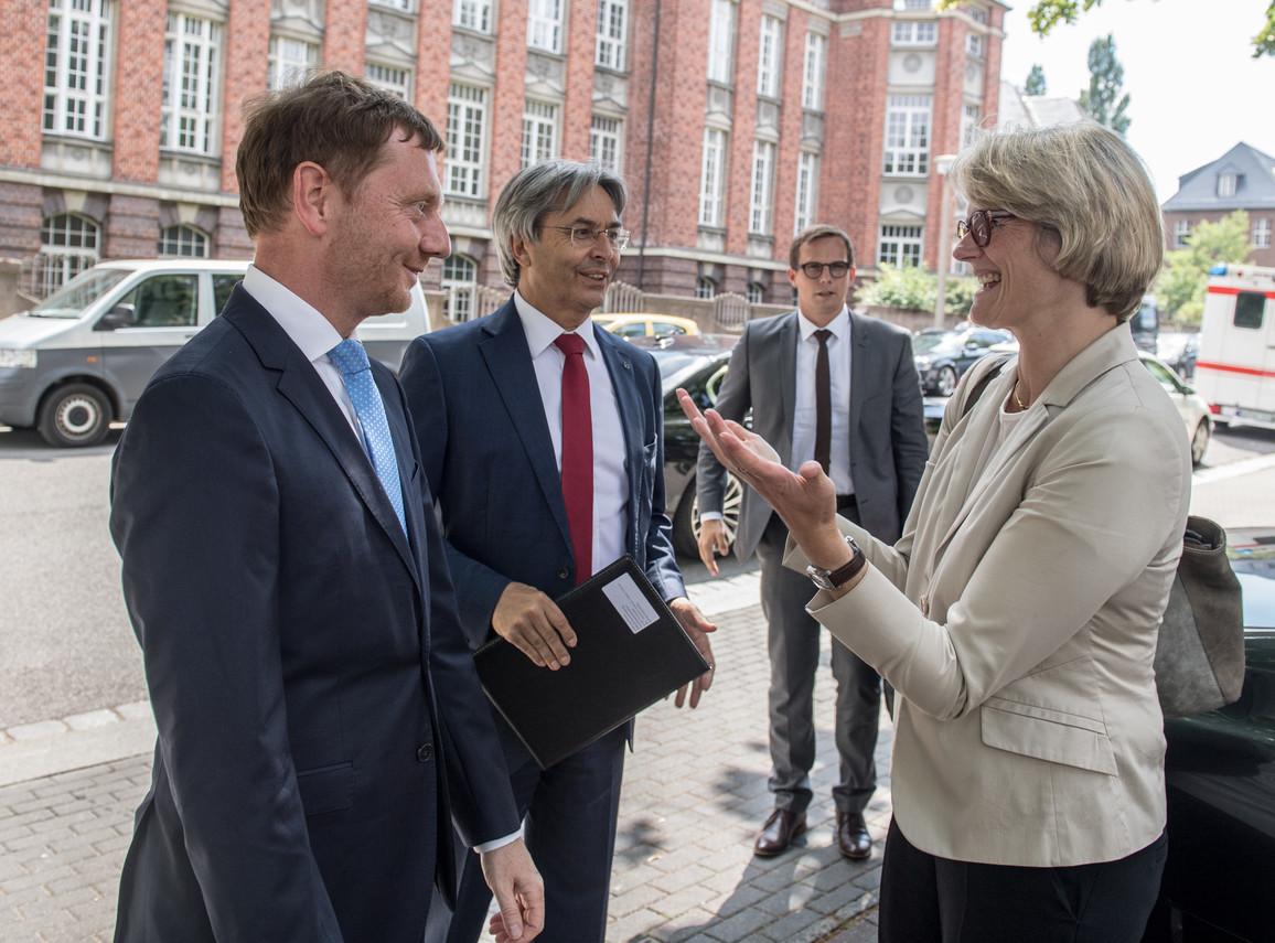 Bundesministerin Anja Karliczek wird vom sächsischen Ministerpräsidenten Michael Kretschmer (li.) und dem Rektor der TU Dresden, Hans Müller-Steinhagen, begrüßt.