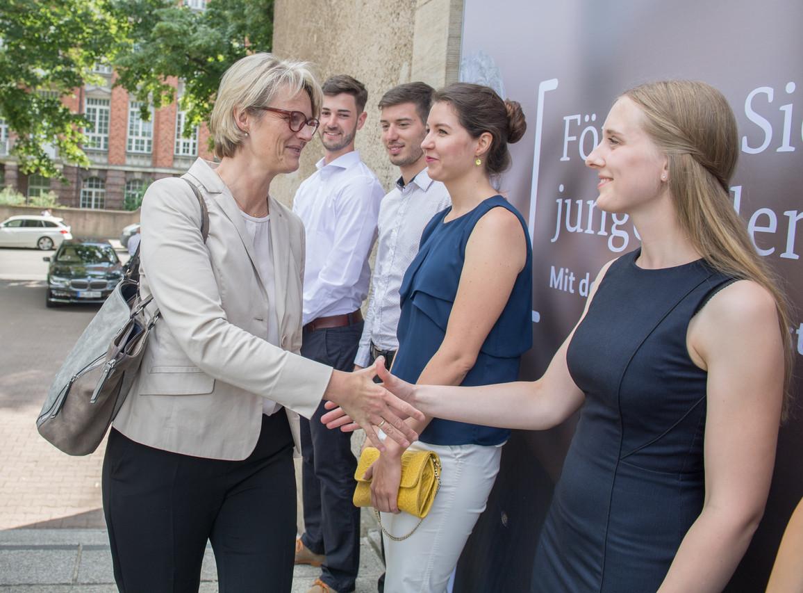 Bundesministerin Anja Karliczek und Jenny, eine Deutschlandstipendiatin von der TU Dresden