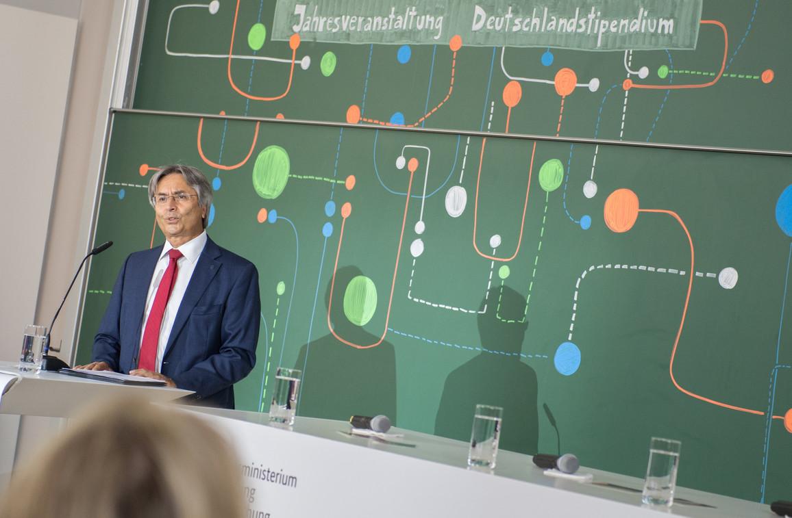 Hans Müller-Steinhagen, Rektor der TU Dresden, begrüßt die Gäste zur Jahresveranstaltung an seiner Universität.