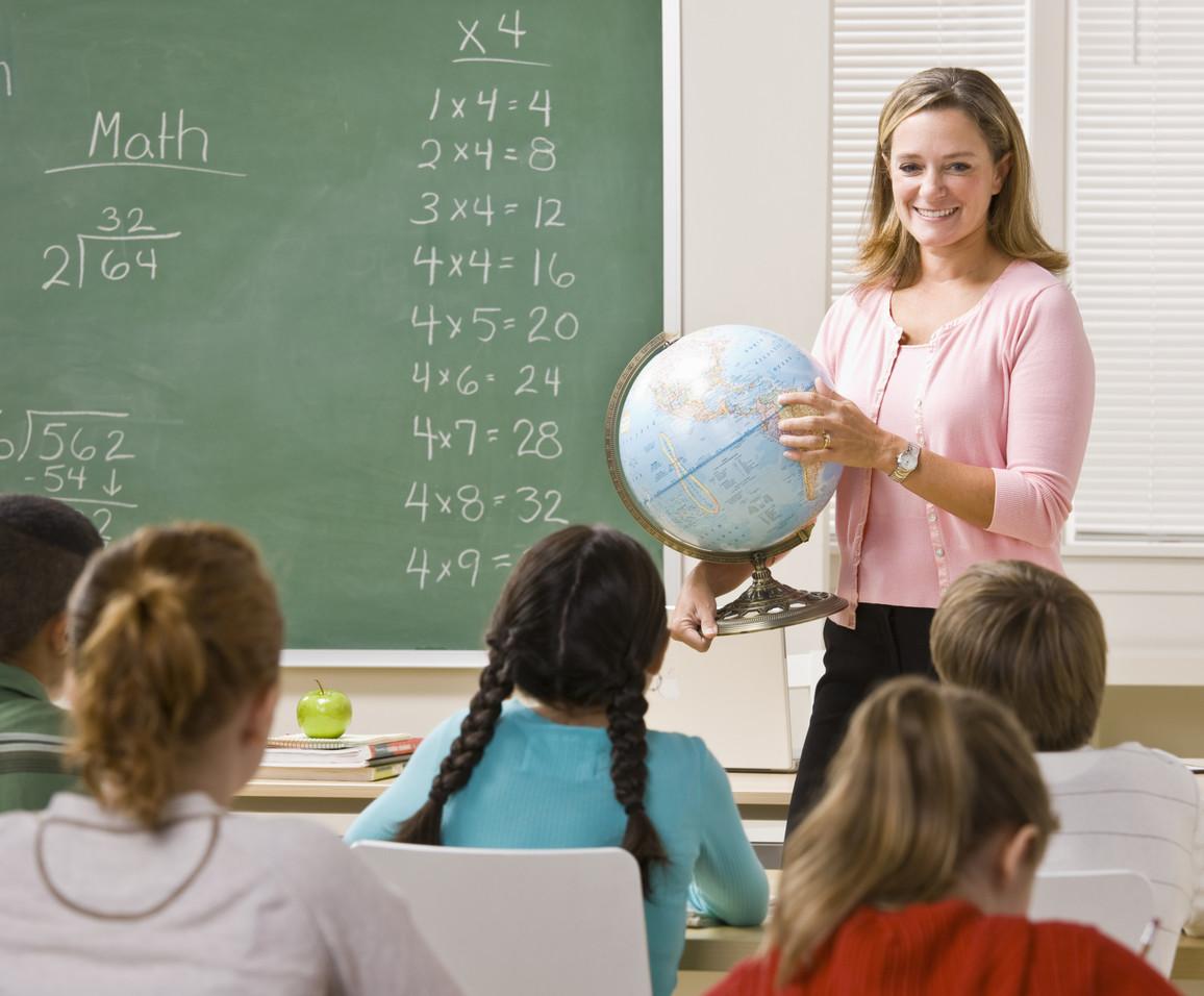 Eine Lehrerin erklärt einen Globus