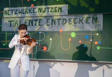 Darbietung der Geigerin Elizaveta Fediukova. Sie wird mit dem Deutschlandstipendium gefördert.