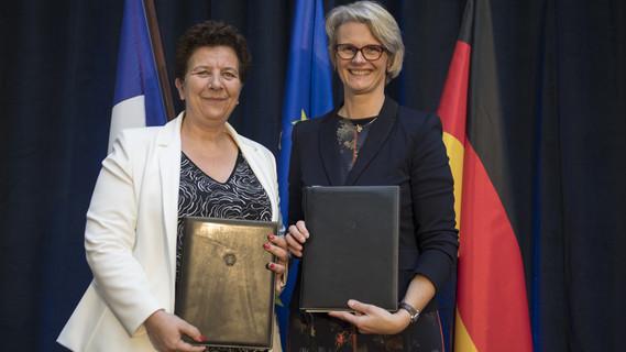 Bundesministerin Anja Karliczek und ihre französische Amtskollegin Frédérique Vidal eine gemeinsame Erklärung