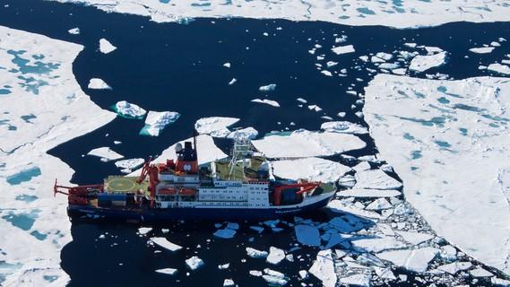 Der deutsche Forschungseisbrecher Polarstern treibt für Forschungsarbeiten über dem Bereich der 'Aurora' Hydrothermalquellen am Westlichen Gakkel Rücken
