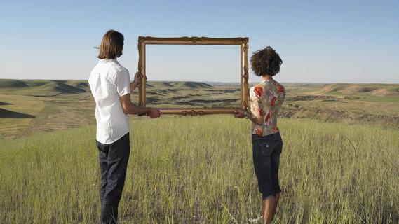 Ein Mann und eine Frau halten einen Bilderrahmen