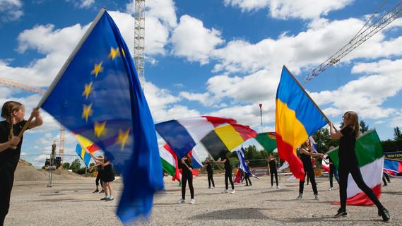 Flaggentänzerinnen bei der Einweihung einer Europäischen Schule