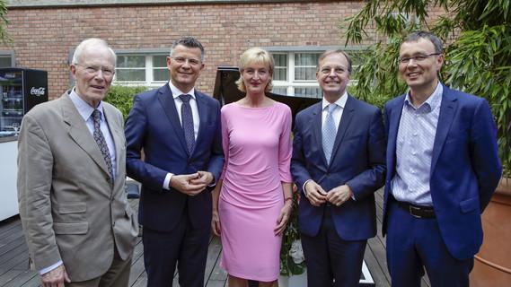 Thomas Rachel, Parlamentarischer Staatssekretär bei der Bundesministerin für Bildung und Forschung, mit den Mitgliedern des Deutschen Ethikrates