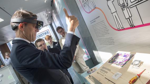 Georg Schütte, Staatssekretär im Bundesministerium für Bildung und Forschung, eröffnet die neue Ausstellung zum Wissenschaftsjahr 'Arbeitswelten der Zukunft'