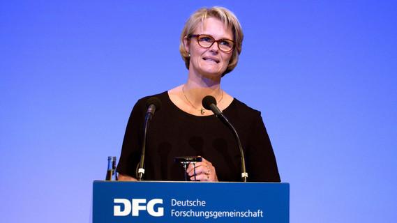 Bundesministerin Anja Karliczek während ihrer Eröffnungsrede im Rahmen der DFG-Jahresveranstaltung 2018