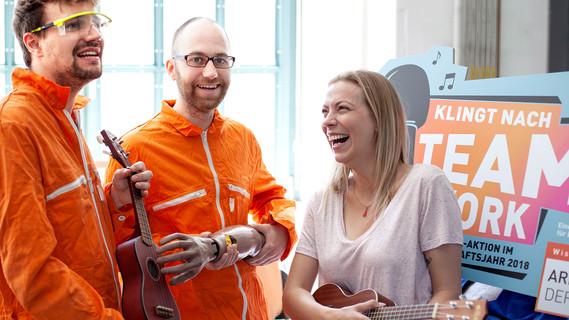 """Gesangs-Team singt gemeinsam zur großen Mitsing-Aktion """"Klingt nach Teamwork"""" im Wissenschaftsjahr 2018 und begleitet mit Ukulelen."""