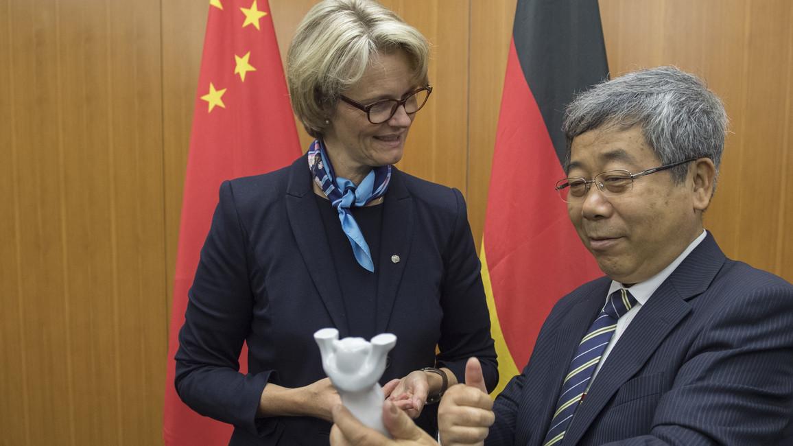 Chen Baosheng freut sich über das Wahrzeichen von Berlin - einen Berliner Bären.