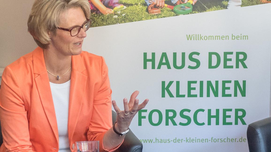 Bundesministerin Anja Karliczek besucht die Kita Hör-Höchste in Berlin. Diese Kita ist bereits zum vierten Mal als Haus der kleinen Forscher zertifiziert.