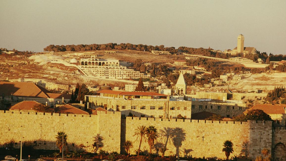 Blick auf eine Mauer entlang der Hebräsichen Universität in Jerusalem (Israel)