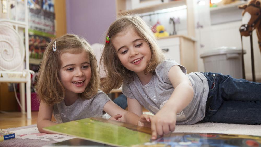 Zwei Mädchen lesen in einem Buch